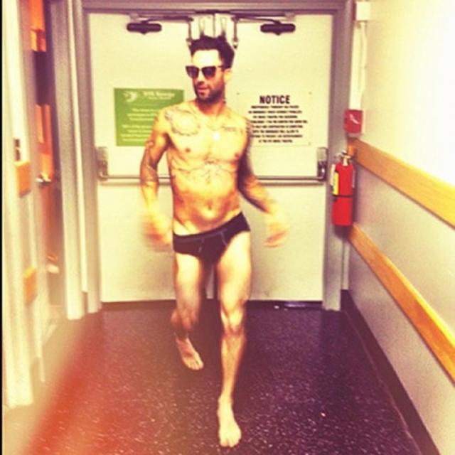 Адам Левайн - американский певец, актер, вокалист и гитарист поп-рок-группы Maroon 5 во всей красе.