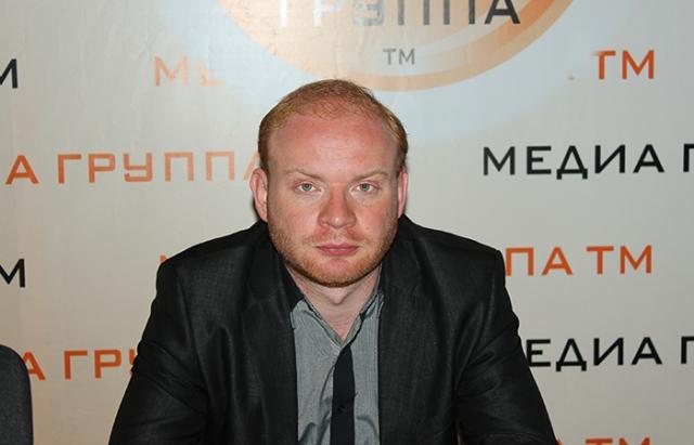 Работал режиссером во многих сериальных проектах. В 2006 году окончил Высшее театральное училище им. М. С. Щепкина. Активно снимается в кино.
