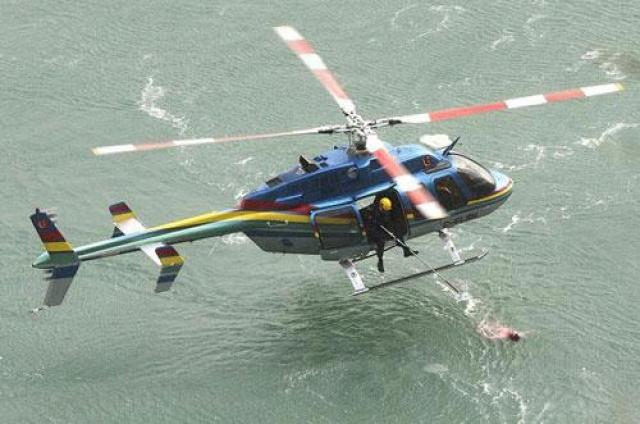 На помощь бросились спасатели, но мужчина отталкивал их и пытался уплыть подальше.В конце концов, бедолага попал в водоворот, и его пришлось вытаскивать из воды с помощью вертолета.