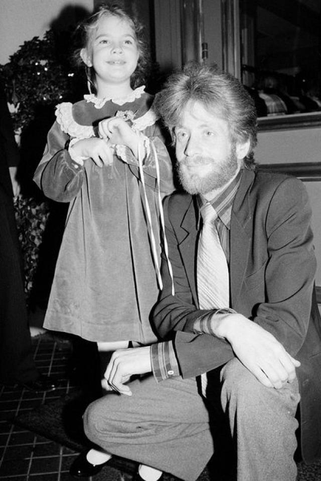Со стороны отца Дрю принадлежит к большому актерскому клану Бэрриморов английско-ирландского происхождения. Ее дедушка и бабушка по отцовской линии, Джон и Долорес Костелло Бэрримор, были актерами.