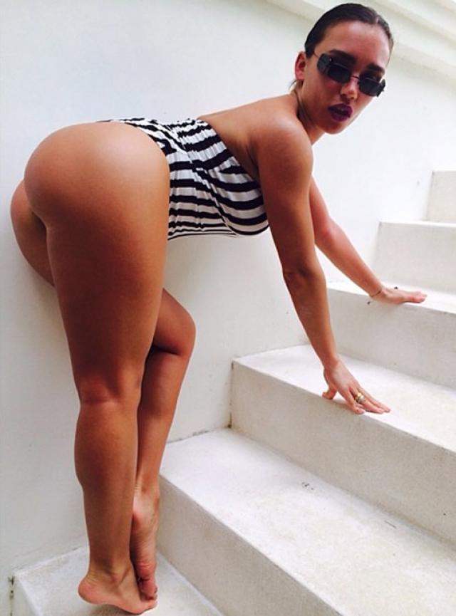 """Посетив страничку Ольги Серябкиной в """"Инстаграме"""", можно обнаружить и обнаженную грудь, и """"интересные"""" позы и весьма откровенные образы."""