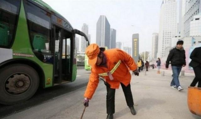 Но несмотря на своё большое состояние, Юй работает дворником, получая зарплату в полторы тысячи в национальной валюте.