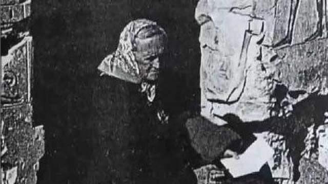 Позднее она переехала в Каир, вышла замуж за египтянина, родила ребенка и назвала его Сети. С тех пор она сама стала называть себя Омм Сети. Брак женщины, к сожалению, был непродолжительным. Муж не смог смириться с ее привычкой входить в транс и по ночам писать случайные иероглифы.