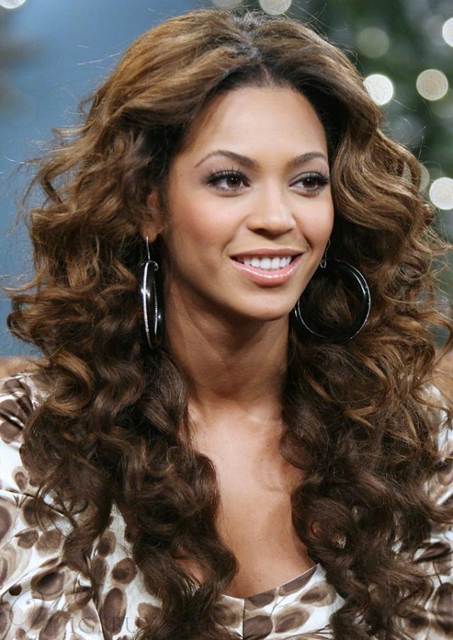 В Интернете часто появлялись снимки неудачной работы стилиста Бейонсе, когда на лбу и висках были видны края парика.