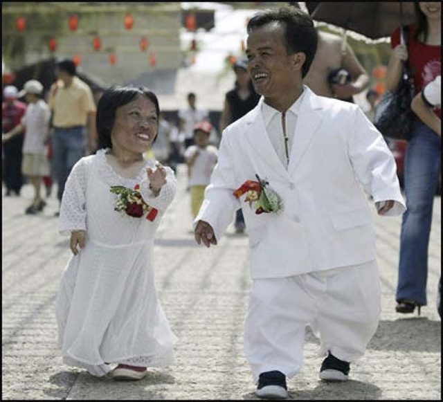 Чен Гилян и Ли Таньгонг - самая маленькая супружеская пара в мире - рост 80 см и 1м 8 см соответственно. Рекордсмены обвенчалась в 2007 году в Китае, в городе Шунде.