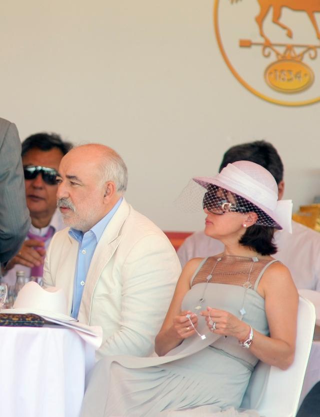 Марина выглядит намного моложе 57-летнего супруга, но они почти ровесники. Вместе учились в МИИТе, познакомились в студенческом походе и поженились, окончив вуз.