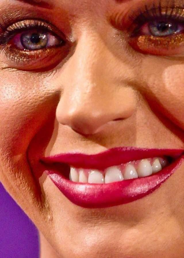 Но не кажется ли вам, что даже для маскировки прыщиков косметики слишком много?