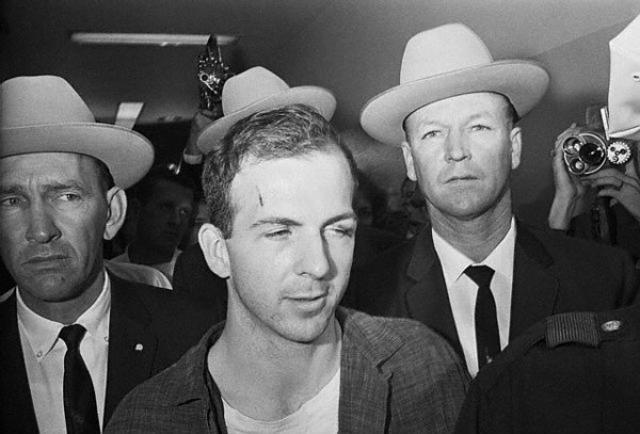 Уже позже на родине Освальд был арестован за убийство полицейского, примерно через 40 минут после того, как был застрелен Кеннеди. После чего стал и главным подозреваемым также и в убийстве Кеннеди.