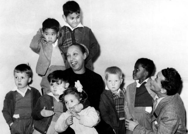Последние 30 лет жизни Бейкер посвятила воспитанию детей, которых она усыновила в разных странах мира. В итоге в ее французском замке жила целая семья-радуга из 12 малышей — японца, финки, кореянки, колумбийца, араба, венесуэлки, марокканки, канадца и трех французов и жителя Океании.