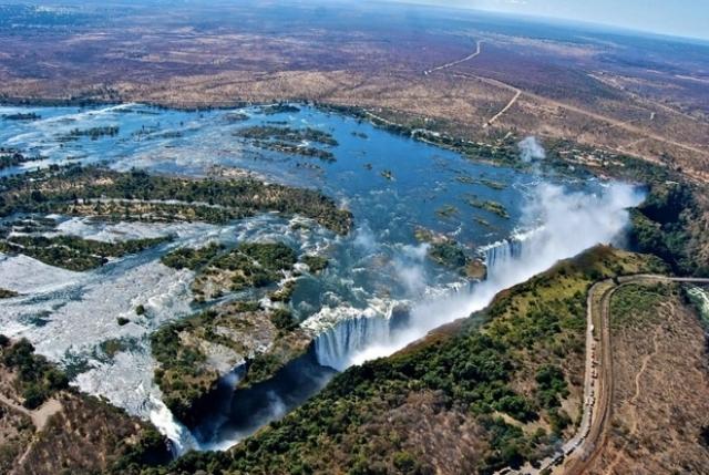 9. Замбия и Зимбабве Такое потрясающе красивое место, как водопад Виктория, знают уже все. Но совсем неподалеку расположен национальный парк Хванге, о котором мало кто слышал. Парк огромный — 14 600 кв. км, здесь есть озера, редкие растения, а также дикие африканские животные и птицы. Гордость Хванге — это слоны (их там более 30 тысяч).