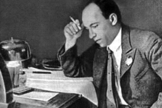 Последние годы жизни Исаак Осипович метался между двумя семьями. Для молодой неофициальной супруги он выбил квартиру в композиторском кооперативе, купил ей дачу в пгт Снегири. Вскоре должно было состояться новоселье, но маэстро не дожил. Утром 25 июля 1955 года он умер от сердечного приступа.