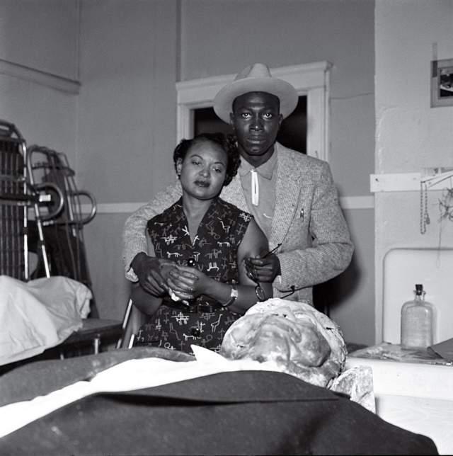 Эмметт Тилл, Дэвид Джексон, 1955. История Эммета - жестокое напоминание о расизме в США. Подросток приехал в гости к родственникам, встретил там белую девушку. Неизвестно по сей день, на самом ли деле флиртовал он с ней, но ее супруг с компанией помощников зверски избили Тилла, застрелили его и выбросили тело в реку.