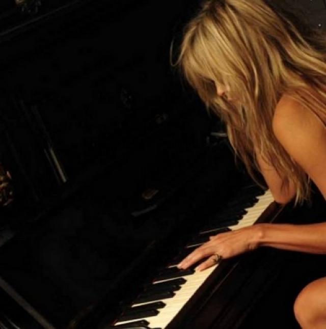 В своем Инстаграме певица охотно делится пикантными снимками. Например, на этом она играет на пианино нагишом.