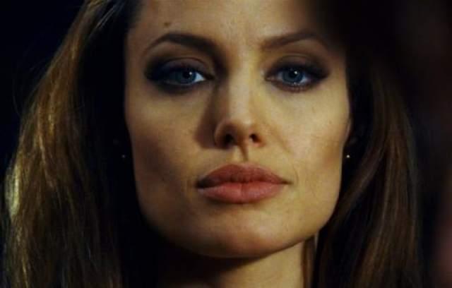 Анджелина Джоли Все уже давным-давно поверили, что пышные губы даны Джоли от рождения, нет здесь никакой пластики. Но в общем пластика все же имела место, уверены хирурги. Очень продуманная, аккуратная и незначительная.