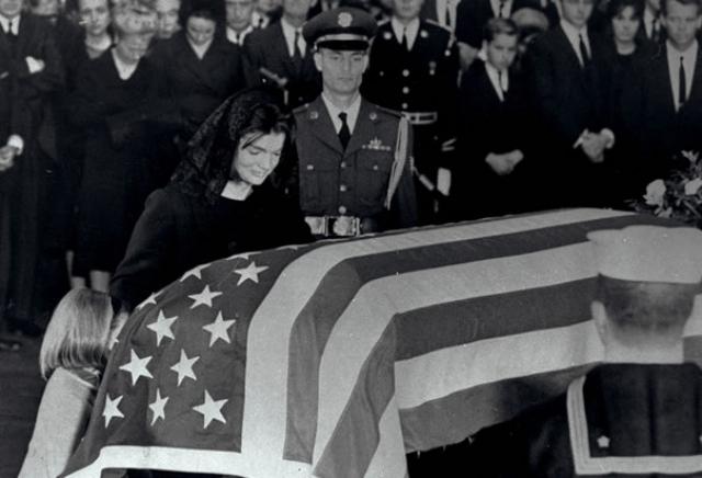 Проститься с президентом вдоль улиц по маршруту движения процессии выстроилось около 800 тысяч человек. Затем последовала месса в соборе, после которой процессия направилась к Арлингтонскому национальному кладбищу.