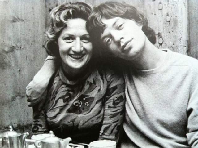 Мик Джаггер с мамой.