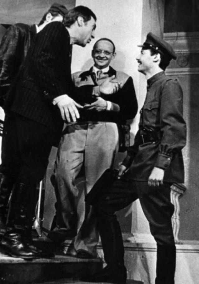 """Но Высоцкий был неумолим: """" Нет, форму я не надену ни за что! """" Для него милиционер сталинских времен ассоциировался с теми людьми, которые творили страшное беззаконие."""