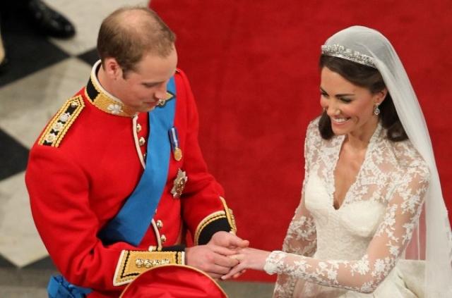 По традиции было изготовлено только одно кольцо - для Кэтрин, которое было сделано из слитка валлийского золота, который подарила Уильяму королева.
