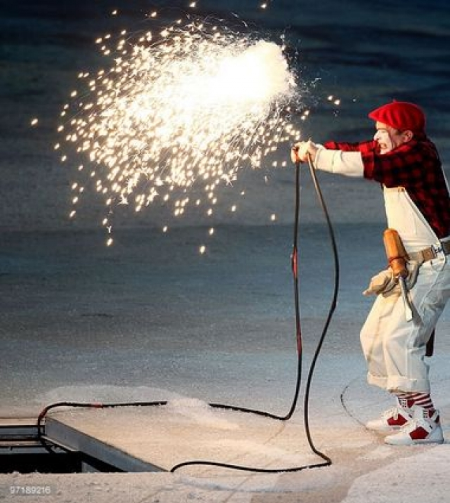 """Чтобы использовать конфуз во благо, во время церемонии закрытия организаторы изменили сценарий и ввели в него сумасшедшего механика, который прямо на стадионе """"починил"""" испорченный гигантский факел."""