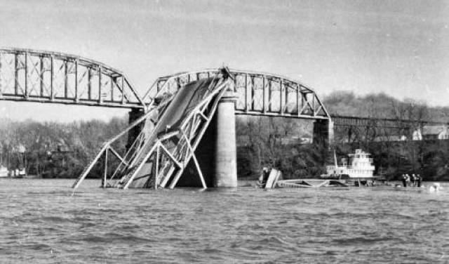 Все эти наблюдения произошли накануне обрушения моста Сильвер-Бридж. Он обрушился во время часа пик, 48 человек погибли. На фото: мост Сильвер-Бридж 15 декабря 1967 года.