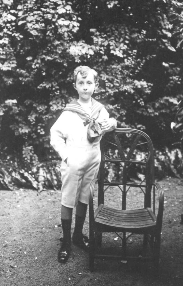 Кристиан Диор. Кристиан родился 21 января 1905 года в небольшом нормандском городке Гранвиле на северо-западе Франции. Родители у него были обеспеченными людьми, поэтому, несмотря на то, что Кристиан был вторым из пятерых детей, в детстве он ни в чем не нуждался.