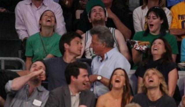 Комик Джейсон Бэйтман и Дастин Хоффман обменялись поцелуем, когда во время финала NBA их показали в kiss-камере.