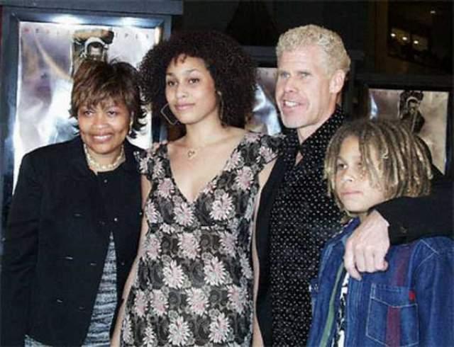 Как и ряд его коллег по данной подборке, Рон давно и благополучно женат - с Опал они вместе с 1981 года и у них трое детей: два сыночка и лапочка-дочка.