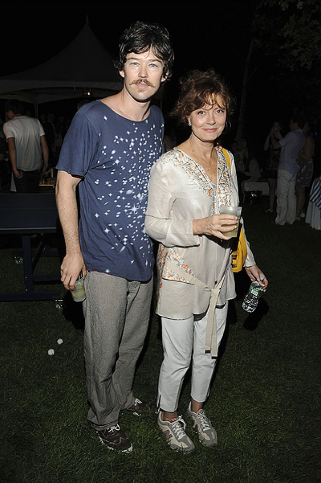 Влюбленные являются бизнес-партнерами - Сарандон и Бриклин владеют пинг-понг баром в Нью-Йорке. Разница в возрасте в 31 год не помешала искорке вспыхнуть между ними.