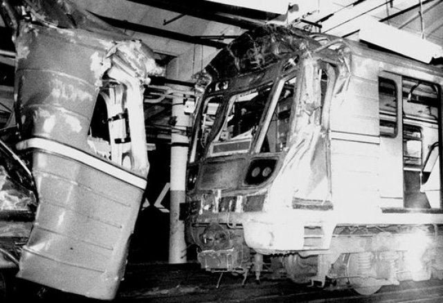 Больше всего досталось пассажирам, ехавшим в хвосте переднего поезда, которые просто-напросто рухнули друг на друга.