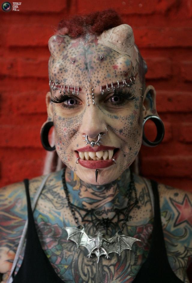 Сегодня все тело Марии покрыто ужасающими татуировками. Женщина даже оставила свою профессию адвоката и стала мастером татуажа. Также Мария также вживила себе еще и клыки, титановые пластины в лоб и на виски, создав иллюзию рогов.