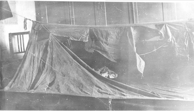 Палатку исследовали и подтвердили, что вход в нее был раскрыт, но на скате палатки материал был разорван в нескольких местах, в одной из дыр торчала меховая куртка.