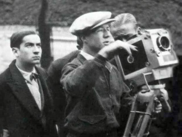После окончания войны Луи решил попробовать сниматься в кино. Он еще в довоенные годы посещал драматические курсы известного французского актера Рене Симона. Теперь пришло время применить полученные знания на практике.