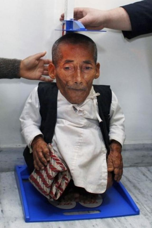 Звание самого маленького человека в мире перешло 72-летнему Чандра Бахадур Данги – жителю отдаленной горной деревни в Непале.