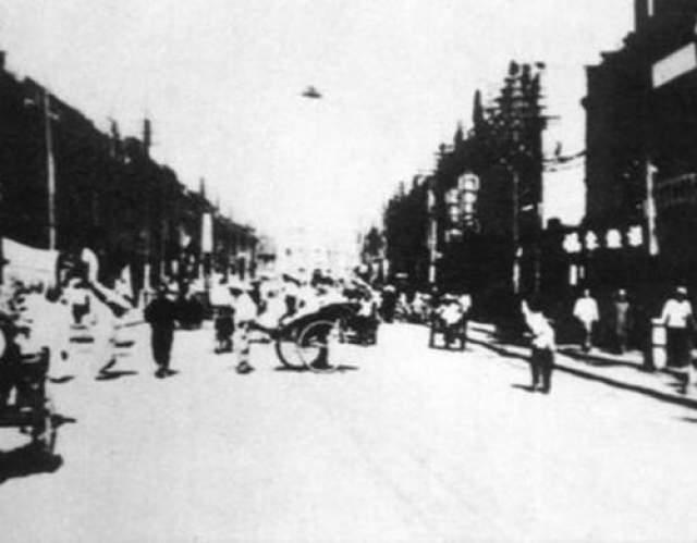 Эта фотография показывает неопознанный летающий объект, который видели в небе над Tiensten, провинция Хэбэй, Китай, в 1942 году.
