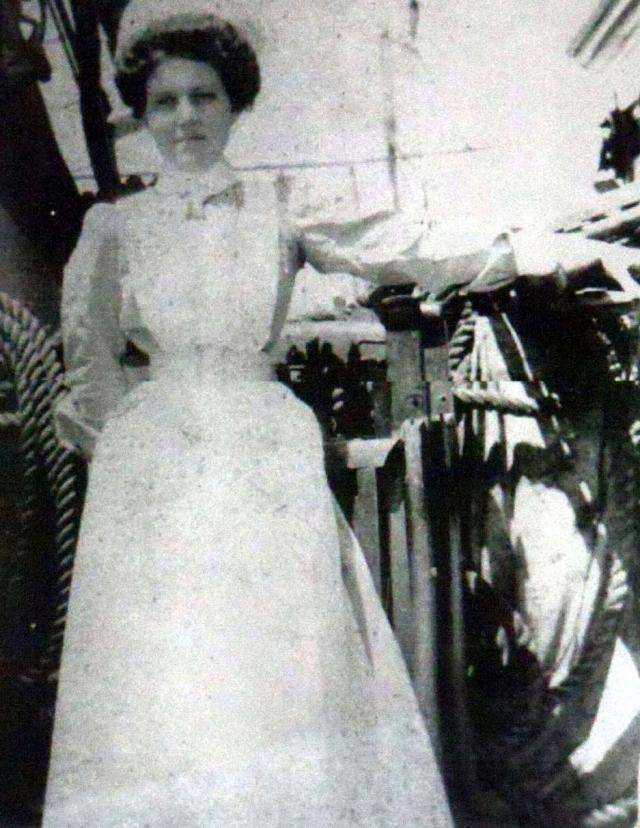 """До этого, 20 октября 1910 года Вайолетт стала стюардессой трансатлантического лайнера """"Олимпик"""", который через год из-за неудачного маневрирования столкнулся с крейсером, но девушке удалось спастись."""