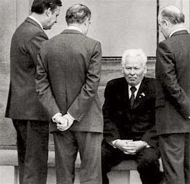 """Умер Константин Черненко 10 марта 1985 года. Тремя днями ранее в СССР прошли выборы в Верховный Совет. Телевидение показало генсека, который нетвердой походкой подошел к урне, опустил в нее бюллетень, вяло помахал рукой и невнятно произнес: """"хорошо""""."""