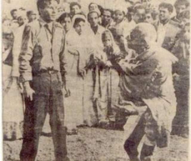 """Махатма Ганди 30 января 1948 года духовный и политический лидер Индии был застрелен во время ночной прогулки по Нью Дели вечером он вышел на лужайку перед домом. Как обычно, собравшаяся толпа бурно приветствовала """"отца нации"""". Приверженцы его учения бросились к своему кумиру, пытаясь, по древнему обычаю, дотронуться до ног Махатмы. Пользуясь возникшей суматохой, Натхурам Годе в числе прочих поклоняющихся приблизился к Ганди и трижды выстрелил в него. Этот момент и запечатлен на снимке."""