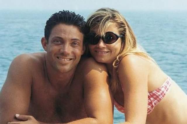 Джордан вытягивал деньги у посторонних людей и вел чрезмерно роскошный образ жизни, включавший наркотики, дорогие машины, яхты и многое другое. Он даже помог известному дизайнеру обмеру, Стиву Мэддену, сделать акции его компании доступными для публичной продаже. На фото, Белфорт со своей второй женой Надин.