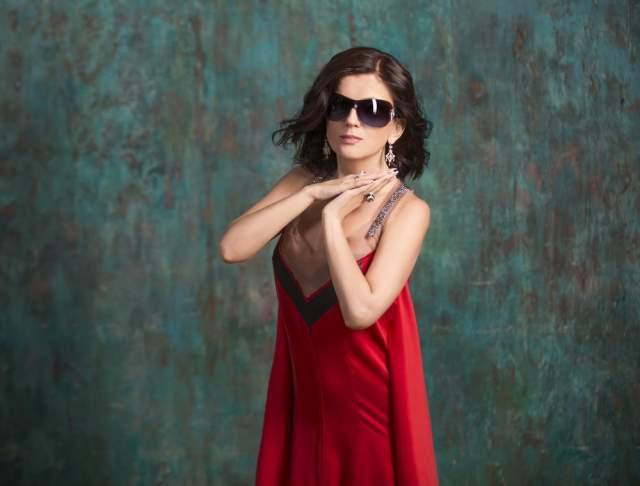 Диана Гурцкая. Заслуженная артистка России родилась незрячей. Училась в школе-интернате для слепых и слабовидящих детей в Тбилиси, где училась и игре на фортепиано.