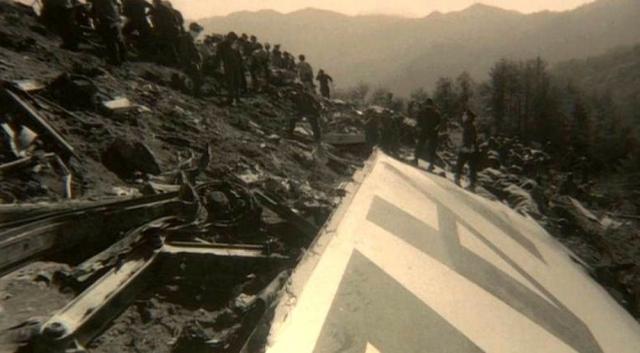 В результате удара лайнер полностью разрушился, его обломки разлетелись на расстояние до 5 километров. Тут же вспыхнул пожар.