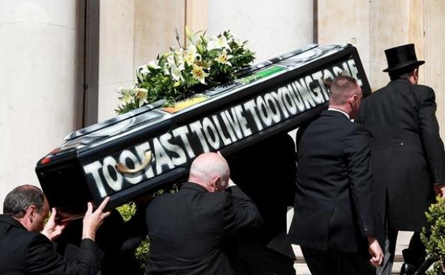 """Его гроб, украшенный надписью """"Слишком быстр, чтобы жить, слишком молод, чтобы умереть"""", вез катафалк, запряженный четверкой черных коней."""