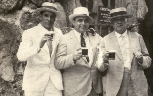 Капоне получал доход в 60 миллионов долларов в год, но и тратил соответственно. На одних только скачках проигрывал в год до миллиона.