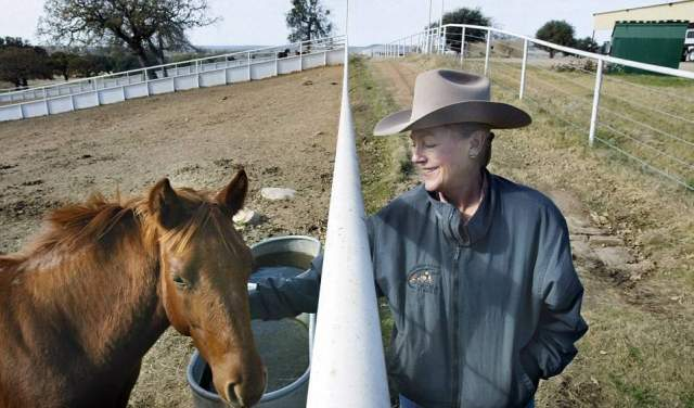 Примечательно, что в свои 69 лет наследница Wal-Mart живет одна на своем ранчо в Техасе, где разводит лошадей. Семьи у нее нет и не было.