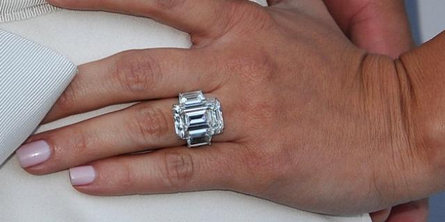 Через три месяца после официального развода Крис решил продать 20-каратное обручальное кольцо, которое он подарил Кардашьян на помолвку и за которое выложил два миллиона долларов. Продано украшение было всего за $749 тысяч.