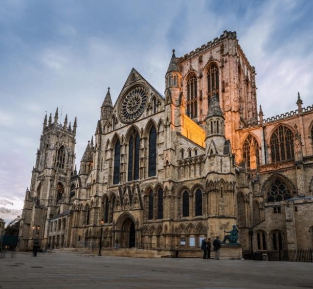 13. Йорк, Великобритания Йорк является одним из красивейших и старинных городов Англии. Там есть все, что должно быть в настоящем английском городишке, — пабы, чайные, кафе и т.д. Одной из главных достопримечательностей Йорка является Кафедральный собор (ему уже более 500 лет). По прогнозам экспертов, туристы скоро хлынут в Йорк, так что торопитесь!