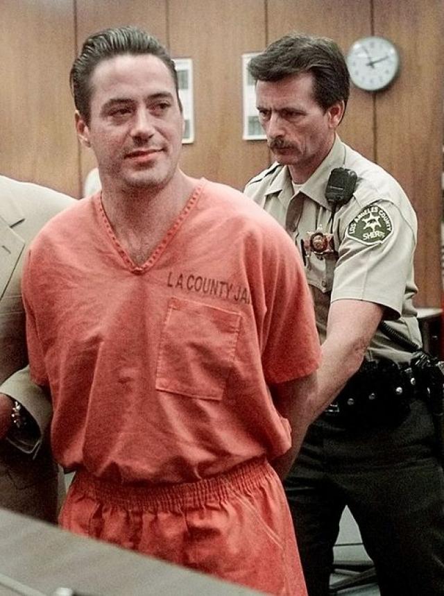 Его алкоголизм был настолько серьезным, что однажды в 1996 году соседка Дауни вызвала полицию, обнаружив актера в пьяной отключке в спальне ее 11-летней дочери.