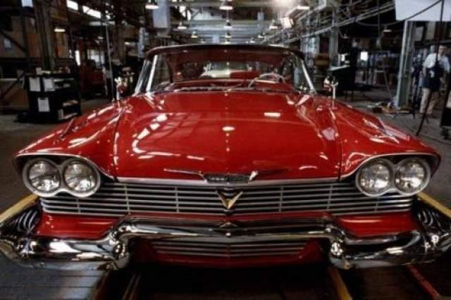 """Plymouth Fury 1958 Еще одним отрицательным персонажем, роль которого досталась автомобилю, является небезызвестная """"Кристина"""" Стивена Кинга. Это как раз тот случай, когда главным героем картины становится не человек, а автомобиль. Интересный факт: все модели Plymouth Fury 1958 года выпуска были выполнены в банановом-желтом цветовом решении, а по книге модель была ярко-красного цвета. Стивен Кинг рассказал, что по его просьбе пришлось перекрашивать автомобиль в красный и белый цвета."""