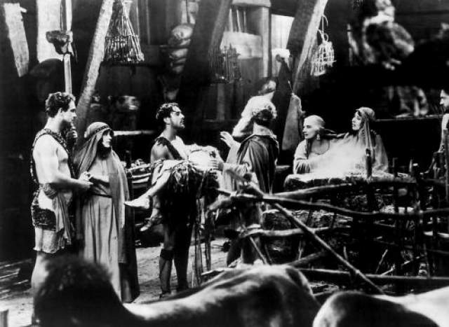 Ноев ковчег Грандиозная картина 1928 года рождалась в мучениях на стыке эпох немного кино и звука, поэтому технической части было удалено повышенное внимание, но вот на подготовку кульминационной сцены потопа сил, видимо, у декораторов и механиков не хватило.