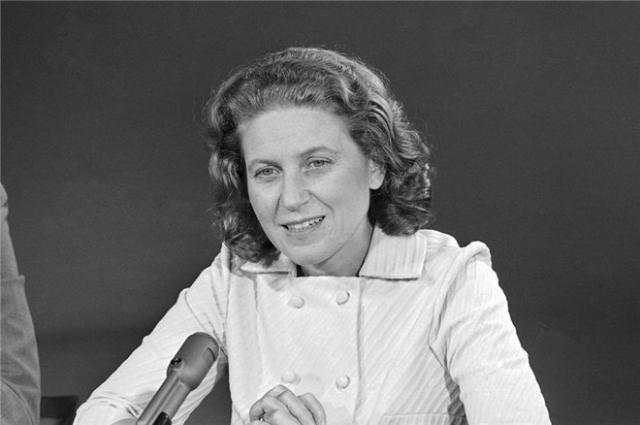 В тот же день она явилась в посольство США в Дели с паспортом и багажом и попросила политического убежища. Разрешение на выезд из СССР ей дал член Политбюро ЦК КПСС А. Н. Косыгин.