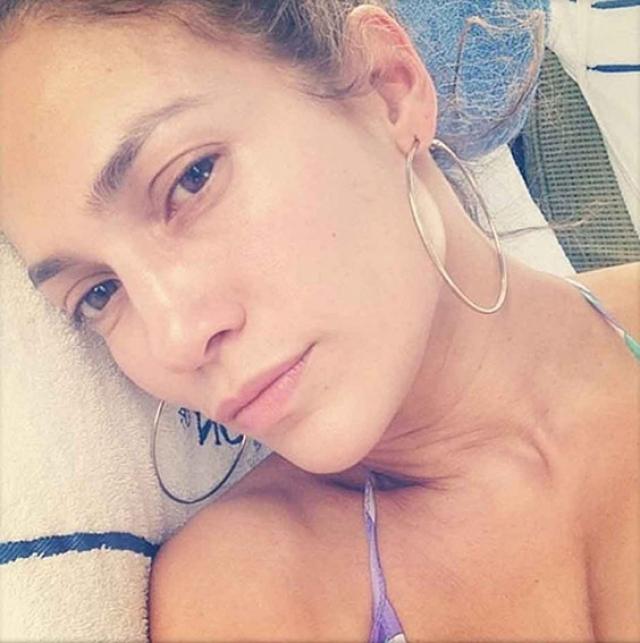 Дженнифер Лопес. Селфи без макияжа любят делать женщины, доказывающие всему миру, что они привлекательны и без всяческих ухищрений.